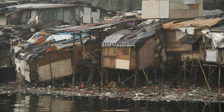 Ramshackle houses line the banks of the Pasig River in Manila. Photo credit: ADB.