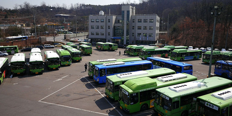 Seoul's semi-public bus operations model revamped the management structure of the city's deteriorating bus system, improving service quality and convenience for users, and strengthening the competitiveness of bus services. Photo credit: SUSA.