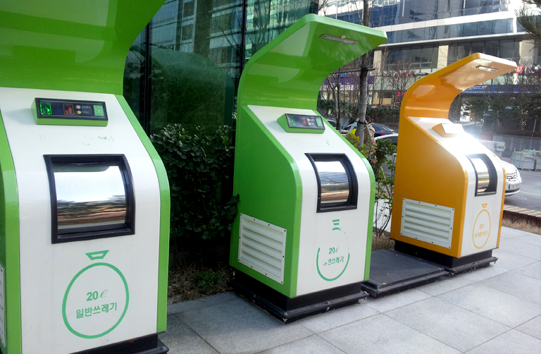 RFID-equipped waste disposal bins are used to automatically measure the weight of waste. Photo credit: Seoul Urban Solutions Agency.