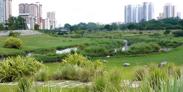 As an ecosystem-based adaptation measure, an old concrete canal is transformed into a natural three-kilometer river, which now merges seamlessly with the park's greenery. Photo credit: Deltares.