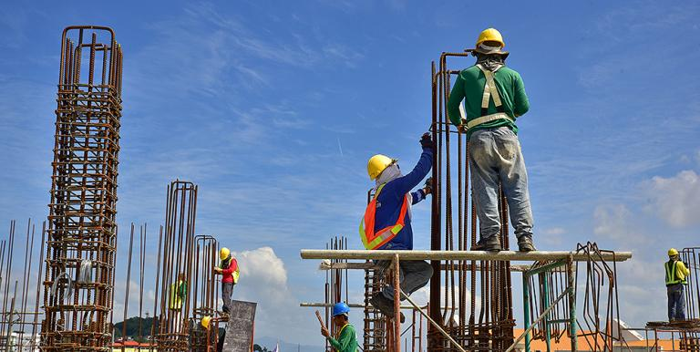 A paid sick leave program in the Philippines that encourages symptomatic workers to self-isolate could reduce the overall mortality from COVID-19 by as much as 50%. Photo credit: ADB.