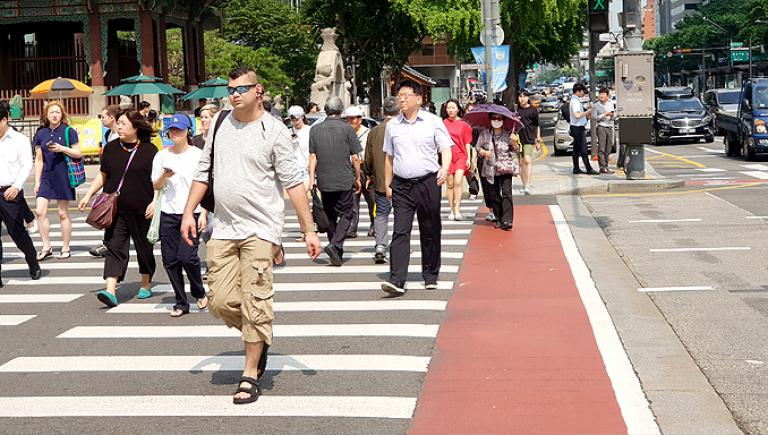 The restoration of pedestrian crosswalks at Gwanghwamun intersection, the representative street of Seoul, through the efforts of citizens ushered in a new phase in the growth of pedestrian rights. Photo credit: Lim Sam-Jin.