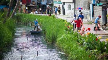 So-called River Warriors—a group tasked with overseeing the cleanup—spruce up Estero de Paco. Photo credit: ADB.