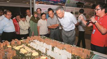 Singapore Prime Minister Lee Hsien Loong and community leaders at the Draft Master Plan 2013 exhibition. Photo credit: Urban Redevelopment Authority.