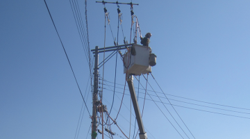 Electricity of Viet Nam has started conducting live-line or live wire maintenance to improve its operational efficiency. However, the tools and equipment it was using were not suitable to local conditions. Photo credit: Sumitomo Corporation.