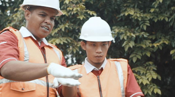 Engineers learn how to install solar panels at PEKA SINERGI in Indonesia. Photo credit: PEKA SINERGI